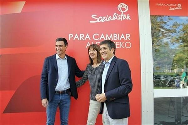 El líder socialista, Pedro Sánchez, junto a Patxi López. / EP