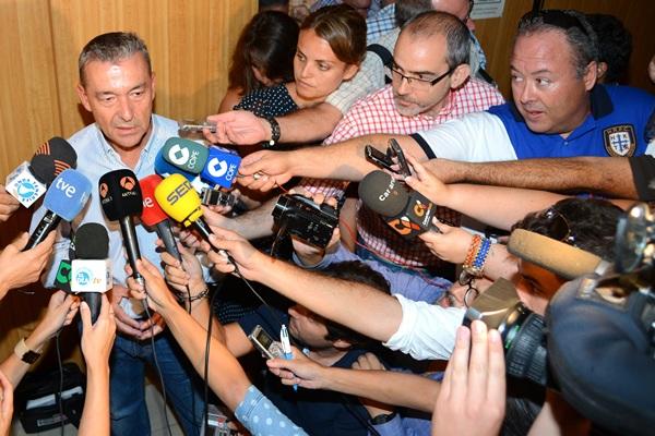 """""""¿Hay algún medio de comunicación aquí?"""", bromea Paulino Rivero. / SERGIO MÉNDEZ"""