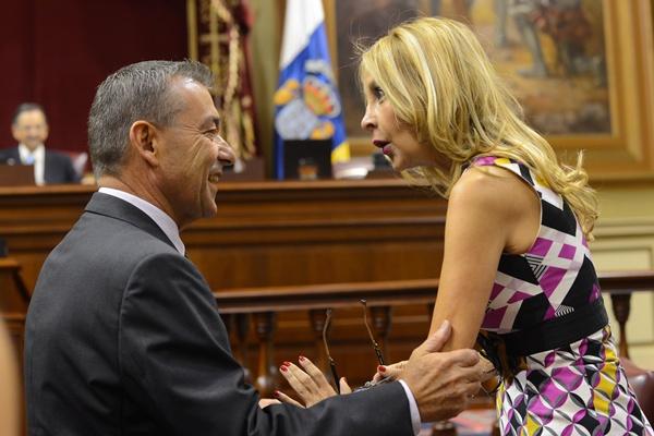 El presidente del Gobierno habla con la portavoz del PP, María Australia Navarro, en la Cámara. / SERGIO MÉNDEZ