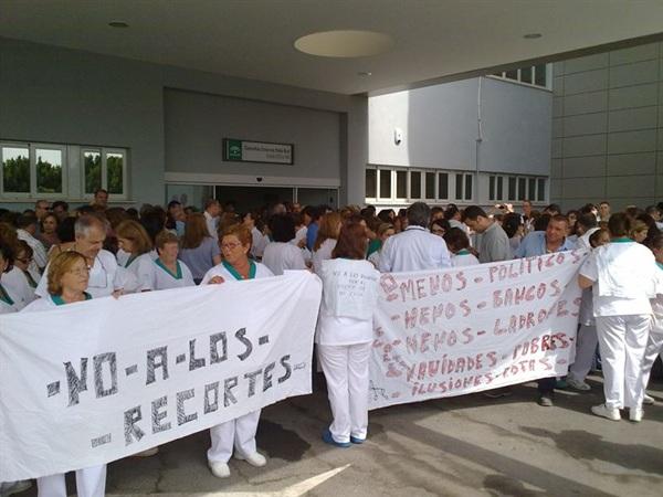 Los profesionales sanitarios salen periódicamente a la calle para exigir más medios y recursos. / DA