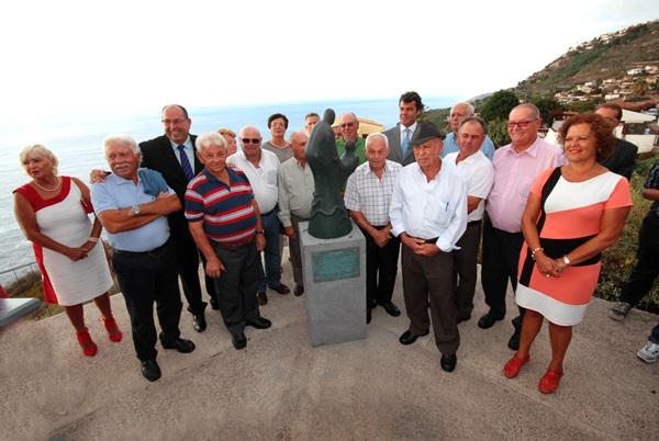 Los pescadores tienen una escultura en el mirador de Las Breñas. / DA