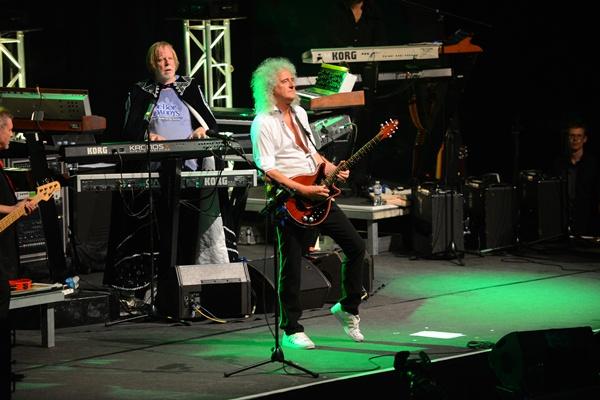 El teclista Rick Wakeman y el guitarrista de Queen Brian May, ayer en el sur de la Isla. / SERGIO MÉNDEZ
