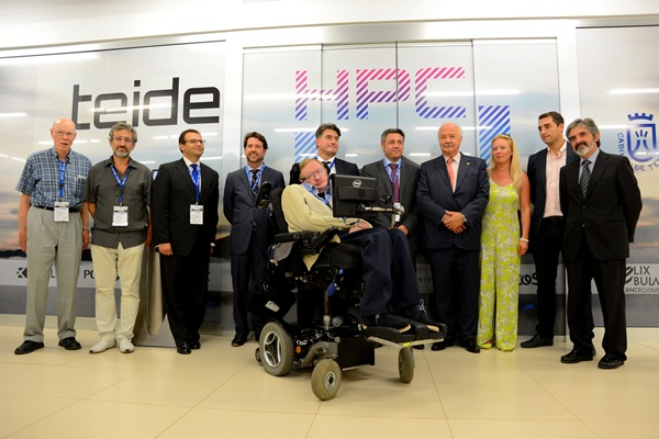 Foto de familia de la visita de Hawking al ITER tomada frente al Teide-HPC. / SERGIO MÉNDEZ