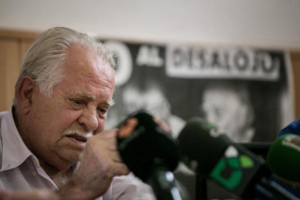 Antonio Méndez llegó una vez empezada la rueda de prensa, pero casi no pudo hablar. /  ANDRÉS GUTIÉRREZ