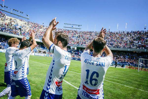 Los jugadores celebran la victoria ante la UD Las Palmas. / ANDRÉS GUTIÉRREZ