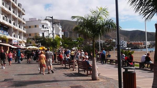 Imagen de turistas paseando por el centro de Los Cristianos, en el sur de Tenerife. / DA