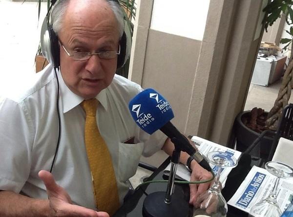 El científico Manuel Patarroyo, ayer, durante su intervención en Teide Radio. / DA