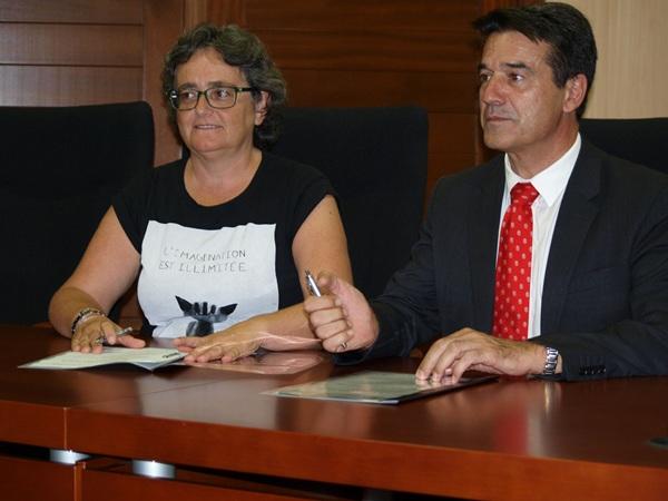 Ermitas Moreira firmó, por parte del Ayuntamiento, el convenio con Activa Canarias. / DA