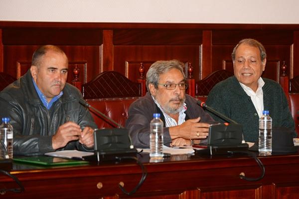 Escolástico Gil, a la izquierda, defendió la moción sobre la partida para la red de saneamiento y agua. / SERGIO MÉNDEZ