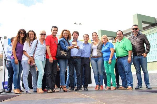 Cristina Valido, Carlos Alonso y parte del equipo de Ansina, durante el acto de entrega del premio. / DA