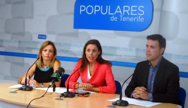 Los concejales del PP Ana Zurita, Cristina Tavío y Alexis Oliva, ayer, en rueda de prensa en Santa Cruz. | DA