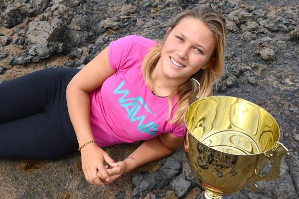 Alexandra Rinder posa con el trofeo que la acredita como campeona del mundo, título que consiguió la semana pasada en La Caleta de Adeje, su segunda casa. / SERGIO MÉNDEZ