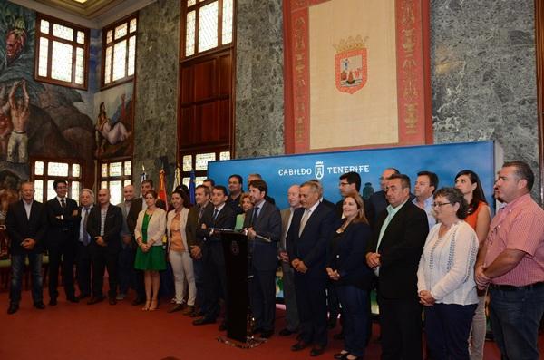 El convenio entre el Cabildo y los ayuntamientos de la Isla fue suscrito ayer en el Palacio insular. / DA