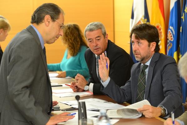 José Luis Delgado, Aurelio Abreu y Carlos Alonso, ayer durante la celebración del pleno. / SERGIO MÉNDEZ