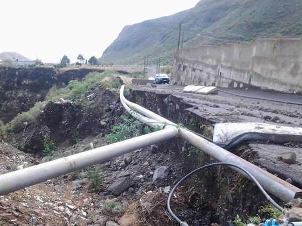 Las tuberías de los canales de agua han quedado al descubierto tras desaparecer parte del camino. / NORCHI