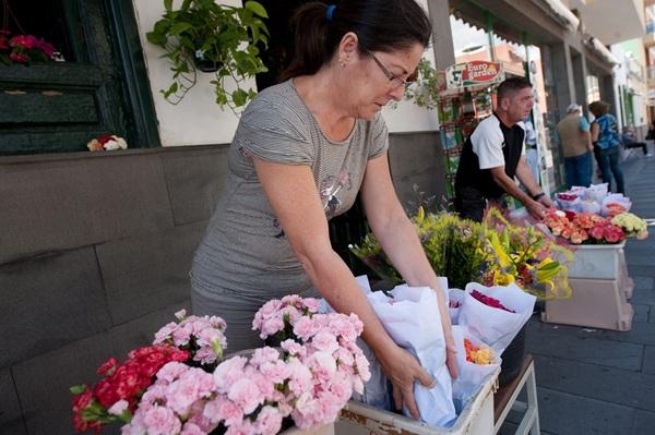 Visitar Candelaria suele ser sinónimo de visitar a la Patrona, de comprar unas flores o una imagen, y finalizar degustando un buen aperitivo o comida en una terraza. / FRAN PALLERO