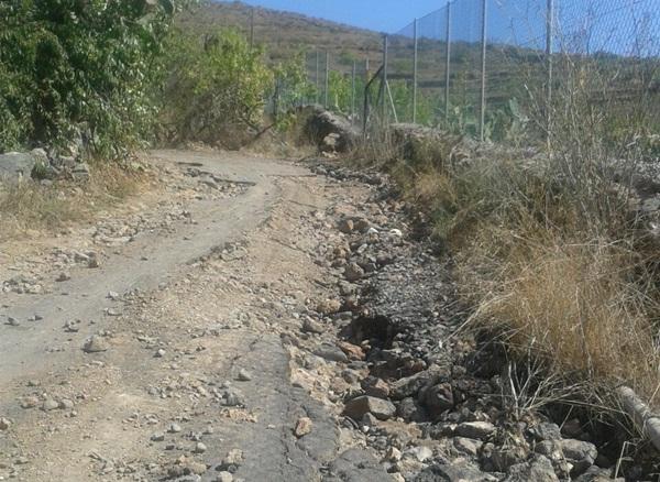 Una de las vías dañadas en Las Fuentes, en lo alto de Guía. / DA