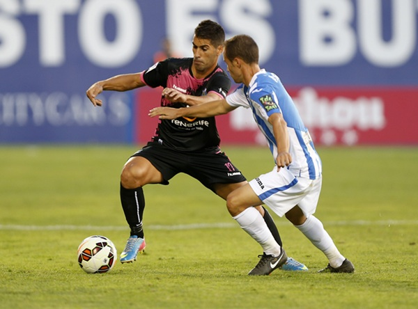 Moyano disputa un balón con un adversario en Leganés. / JOSÉ A. GARCÍA