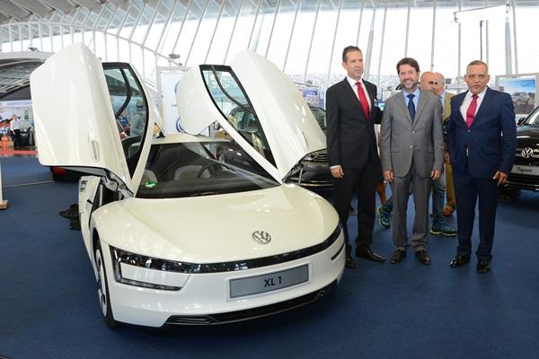 Los concesionarios ofrecen ofertas muy interesantes y coches de prueba a los interesados. / SERGIO MÉNDEZ