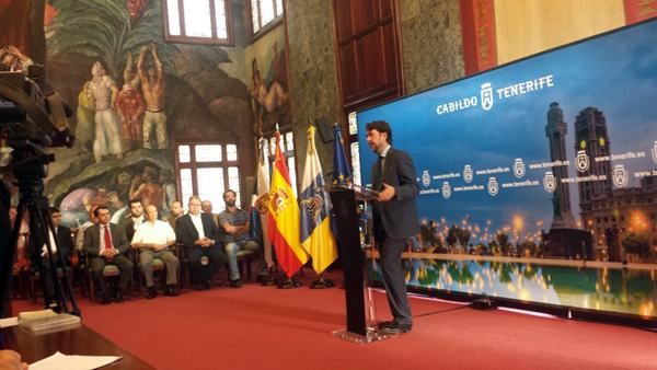 Alonso, junto a Bethencourt y varios miembros del sector vitivinícola, ayer durante la rueda de prensa celebrada en el palacio Insular. / DA