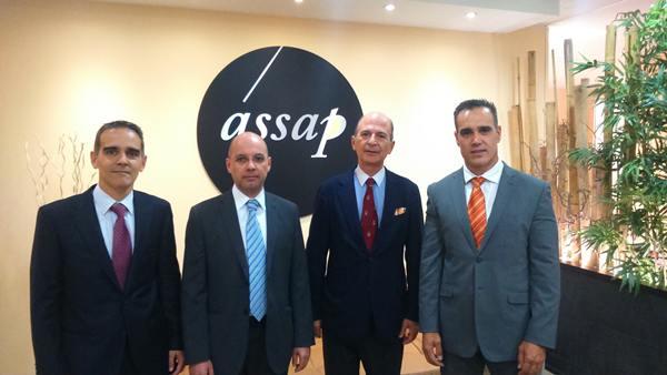 Carlos Rodríguez Braun, segundo a la derecha, en las oficinas de Assap, junto con los directivos de la firma. | DA