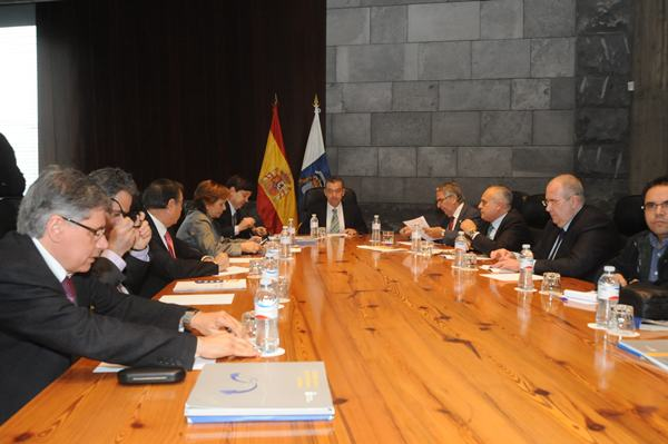Una de las reuniones mantenidas por el Consejo Asesor del Presidente del Gobierno canario. / DA