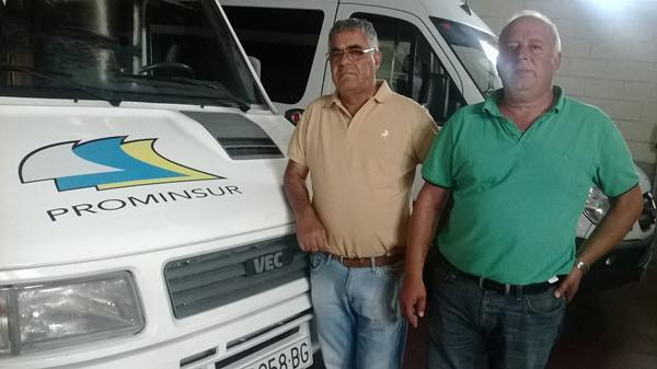 Eladio Medina e Ignacio Pacheco, ante un micro de transporte. | NORCHI