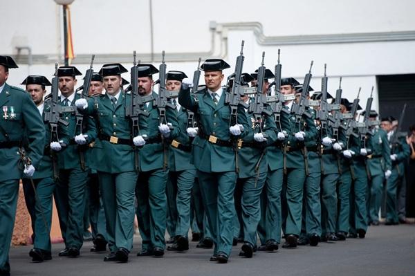 Distintas unidades del Cuerpo desfilaron en la Comandancia de la Guardia Civil en Ofra. / FRAN PALLERO
