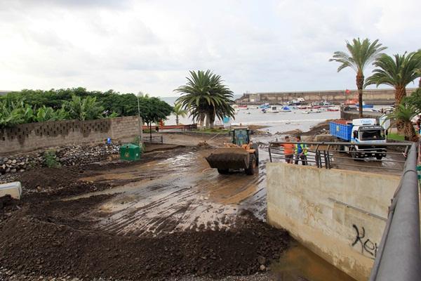Las palas comenzaron ayer a retirar los escombros de la desembocadura del barranco de Playa San Juan. / DA