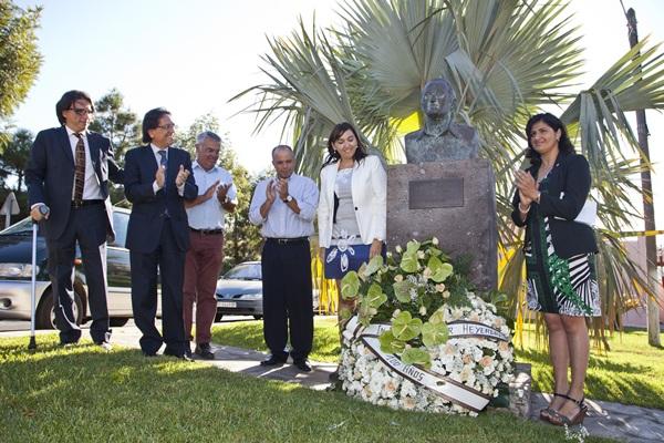 Cristóbal de la Rosa, autoridades municipales y representantes de Pirámides de Güímar descubrieron el busto de Thor Heyerdahl. / LUIS MARRERO