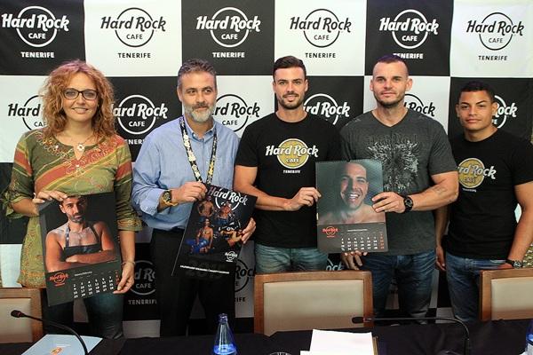 Clara Pérez, Ramón Sebastián y personal de Hard Rock posan con el almanaque. / DANIEL CETRULO