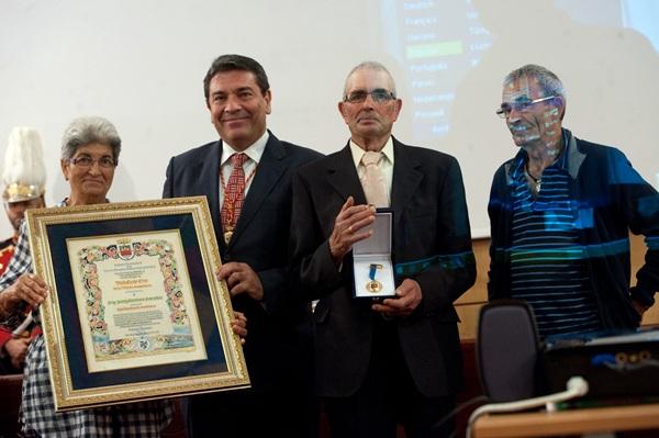 La Medalla de Oro fue entregada por el alcalde a la hermana del padre Mendoza, Concepción. / FRAN PALLERO