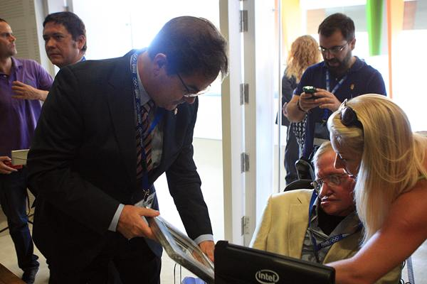 Francisco José Niño saluda al científico Stephen Hawking. | D. S.