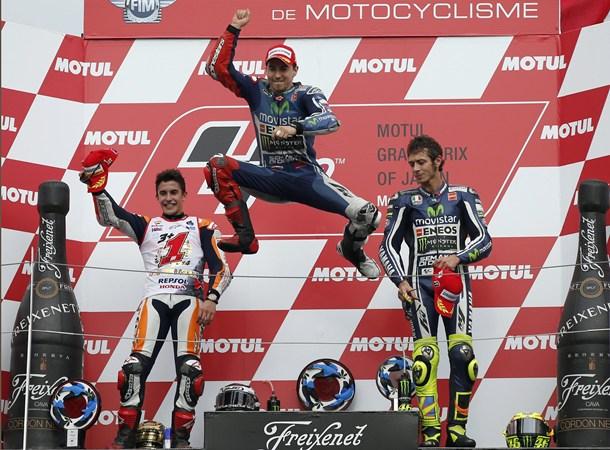 Jorge Lorenzo festeja el triunfo en Japón junto a Marc Márquez y Valentino Rossi.