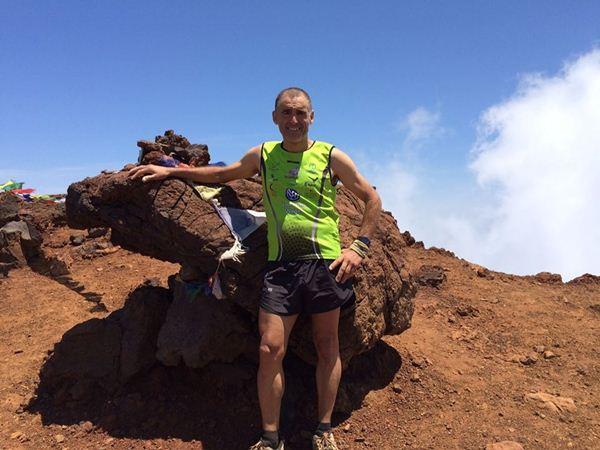 José Israel en el punto más alto de Isla Reunión. / facebook