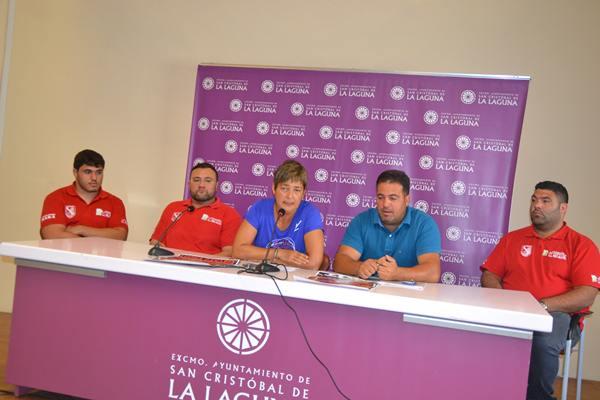 Juan Luis Santana, segundo por la izquierda entre Eusebio Ledesma y la concejal lagunera, Aymara Calero. | DA