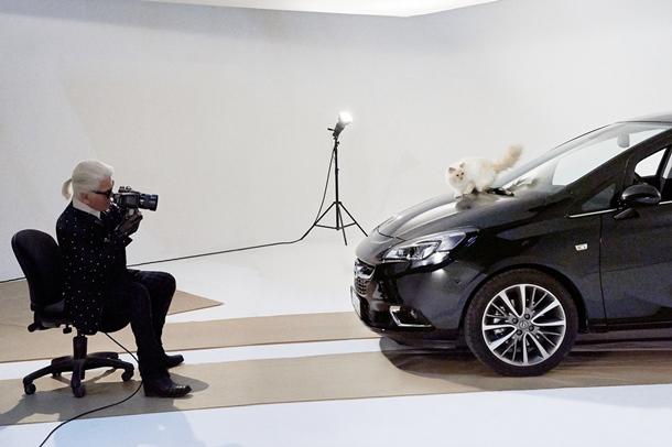 Karl Lagerfeld con el nuevo Opel Corsa y su gata birmana Choupette