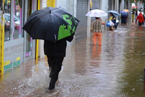 Las consecuencias de la tormenta dejaron una Santa Cruz irreconocible tras a penas dos horas de intensa lluvia. / FRAN PALLERO - SERGIO MÉNDEZ