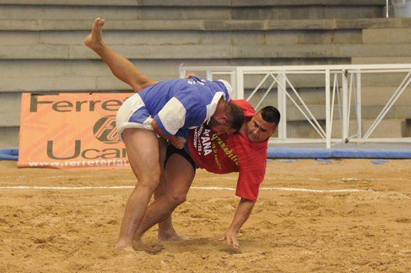 Una luchada del encuentro disputado en Granadilla. /  DONELIA PÉREZ