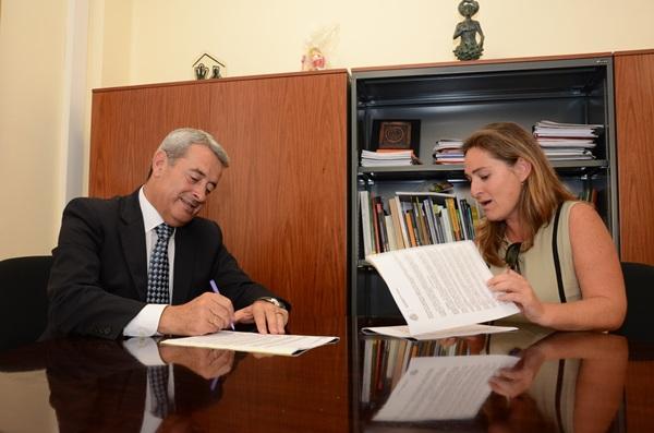 Aurelio Abreu y Nuria Campos firmaron el convenio entre el Cabildo y la Asociación de Familiares. / DA