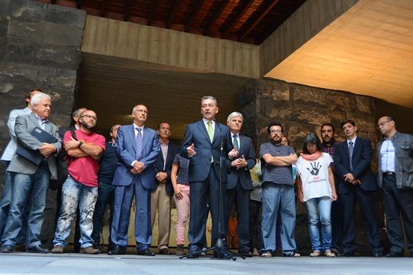El presidente del Gobierno de Canarias, Paulino Rivero, respaldado por representantes políticos y colectivos sociales. / SERGIO MÉNDEZ