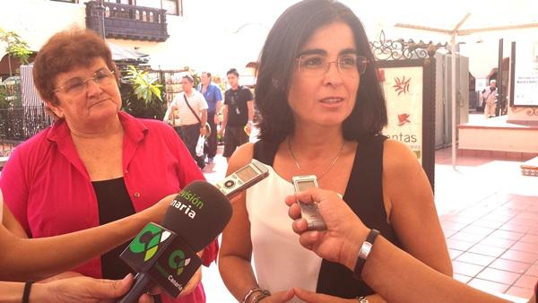 Carolina Darias, ayer junto a la presidenta de la Recova de Santa Cruz de Tenerife, Estefanía Hernández. / DA