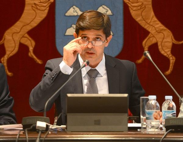 González Ortiz, consejero de Economía y Hacienda, ayer, en la presentación del presupuesto. / SERGIO MÉNDEZ