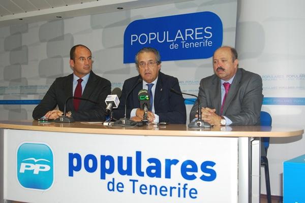 Alarcó estuvo acompañado ayer por varios consejeros del PP. / DA