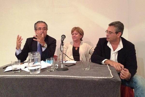 Fernando Ríos, Antonia Moreno y Antonio Alarcó, en el debate celebrado en la Casa de Canarias de Madrid. / DA