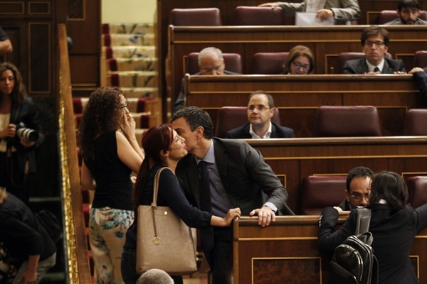 Patricia Hernández saluda a Pedro Sánchez en el Congreso. / DA