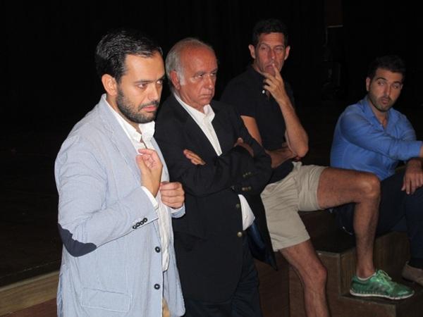 El encuentro contó con la asistencia de unos 40 afectados y el concejal de Comercio, Lope Afonso. / DA