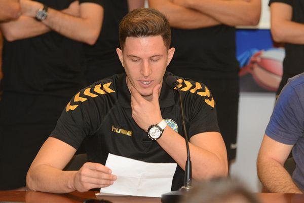 El capitán Pablo González leyó, con voz entrecortada y emocionado, un comunicado de los jugadores. / S. M.