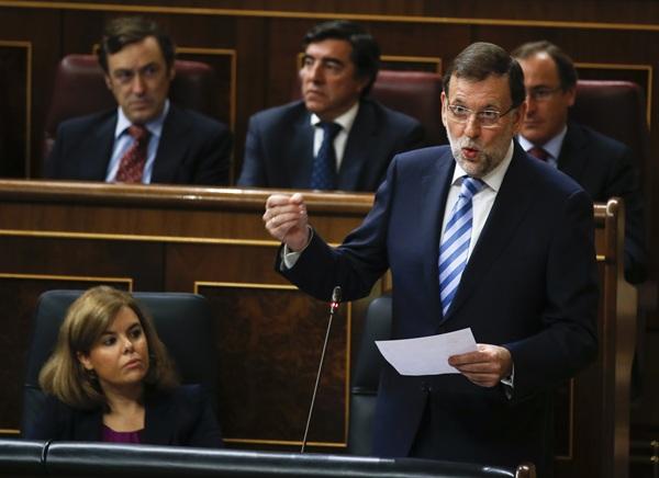 Rajoy, ayer, junto a la vicepresidenta del Gobierno, durante la sesión de control en el Congreso. / REUTERS