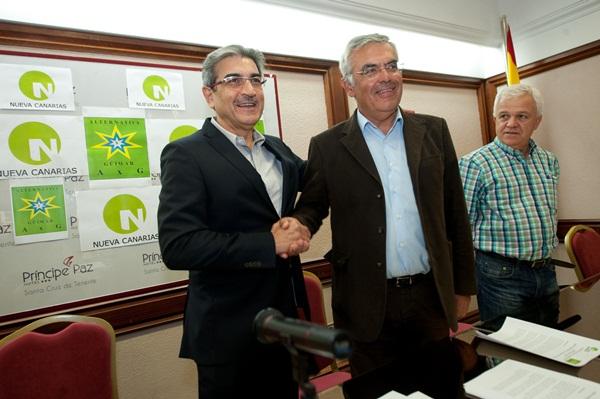 Justo el día en que le destituían del gobierno local, Alfonso firmaba un acuerdo con Román Rodríguez. / F.P.